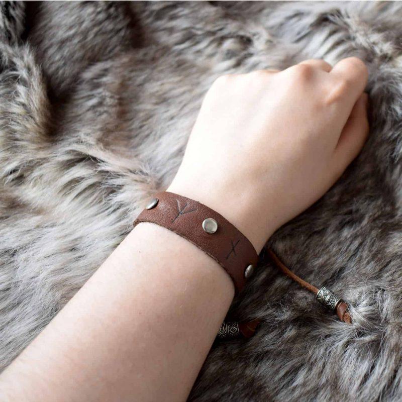 simple_rune_bracelet_hand