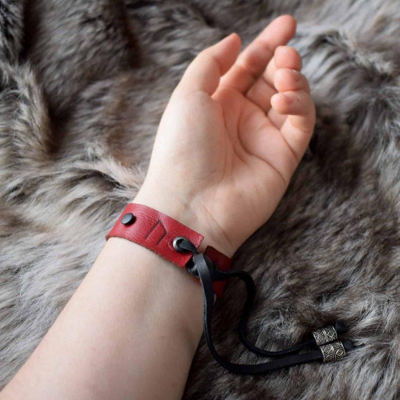 simple_rune_bracelet_red_back_hand