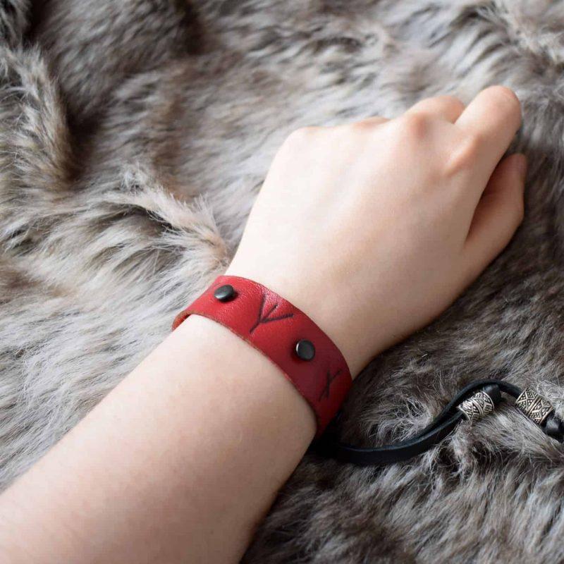 simple_rune_bracelet_red_hand