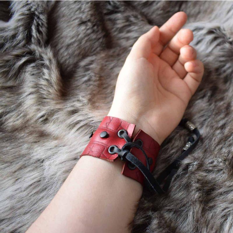 rune_cuff_red_hand_back